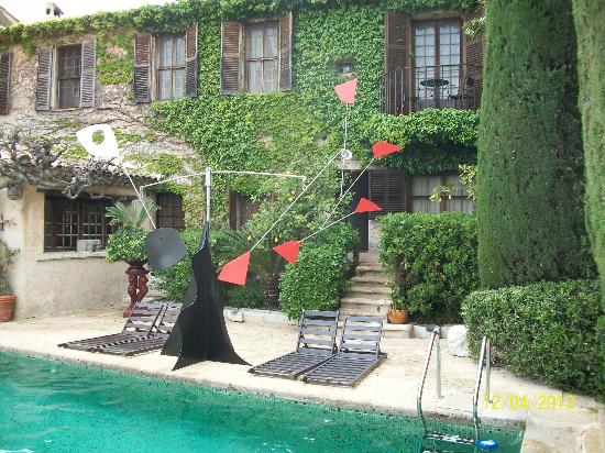 La Colombe d'Or: Poolside sculpture