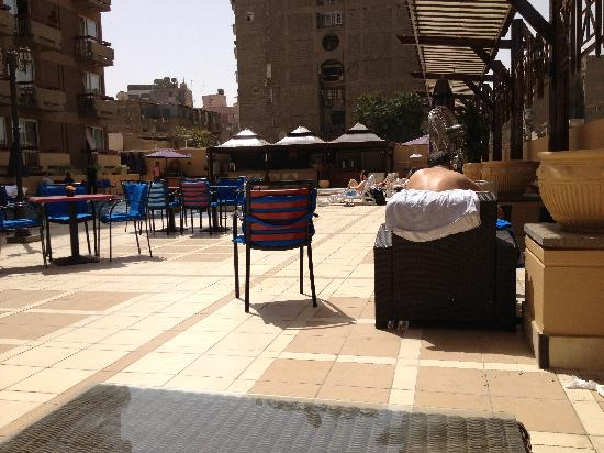 Safir Hotel Cairo: Lounge by the pool