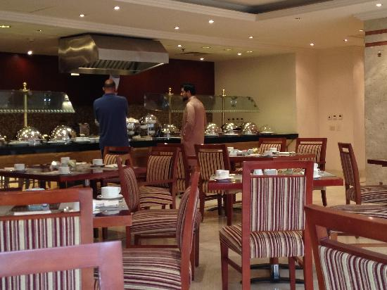 Safir Hotel Cairo: Breakfast buffet (smoking area)