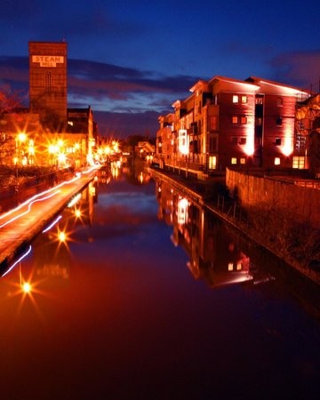 Crowne Spa Chester : Chester canal at night