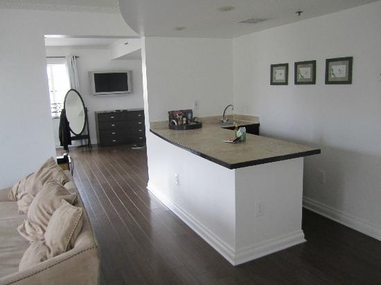 Hotel Ocean: Mini kitchen area/view of part of bedroom
