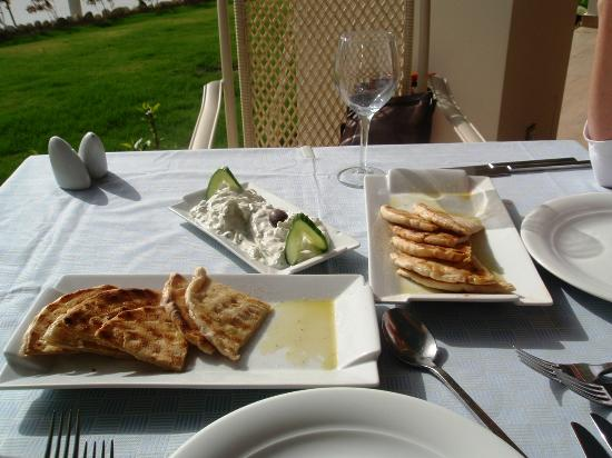 Atrium Platinum Hotel: Pita bread and tzaziki