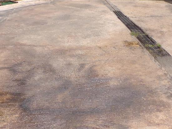 Mariana Resort & Spa: Large patch of oil right outside entrance to dive centre - not cleared during the 4 days stay