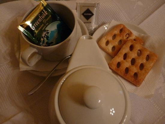 Sunflower B&B Hotel: Tea and cookies delivered to the room