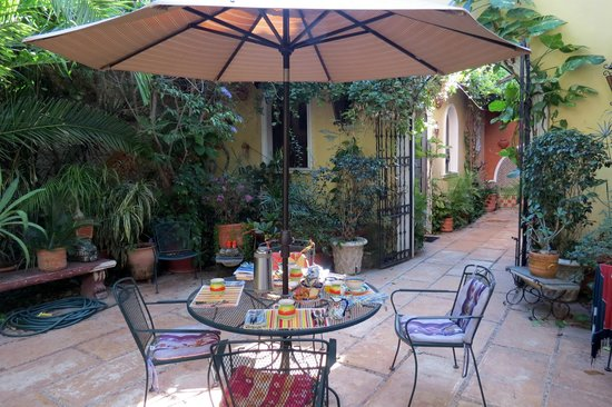 Los Arcos Bed & Breakfast: Breakfast outside