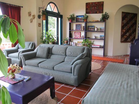 Ali Shungu Mountaintop Lodge: Living room - reverse angle