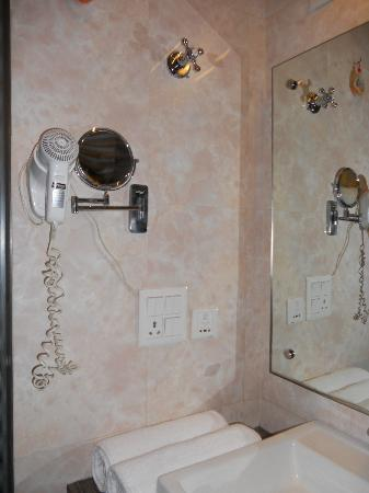 Hotel Arpit Palace: Bathroom
