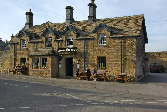 Holly Cottage B&B: The Devonshire Arms across the road - super meals and beers