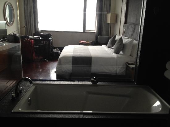 Worldhotel Grand Dushulake Suzhou: View from glass walled bathroom