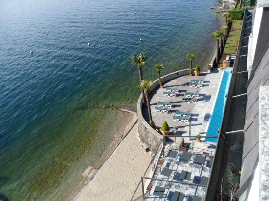 Ghiffa, Italia: zicht uit de kamer op zwembad en ligterrras