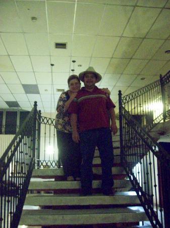 Hotel Joy Suites: Abajo de la escalera, aun costado el Centro de Negocios