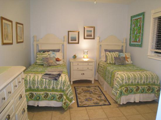 Palm Terrace Villas: Bedroom with 2 twin beds