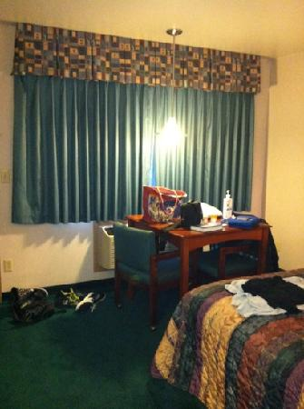 Americas Best Value Inn - Phoenix / Medford: sitting area- sorry for the mess but it was when we had to move rooms!!!