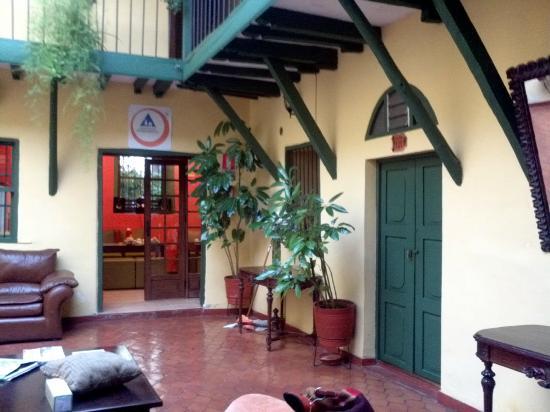 Hostal Mallqui: Puerta verde, habitación 101. Si podes evitala...es linda, pero ruidosa.