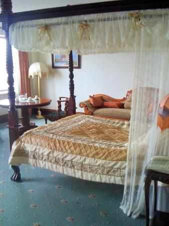 Lakeside Manor Hotel: Bed for a prince & his princess