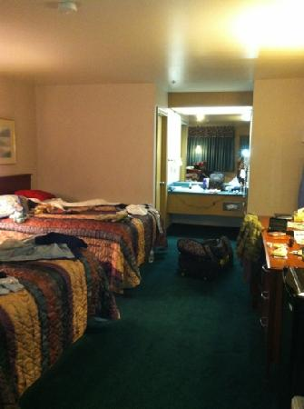 Americas Best Value Inn - Phoenix / Medford: two queen bedroom