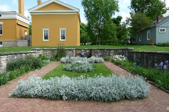 Lanier Mansion: the small garden