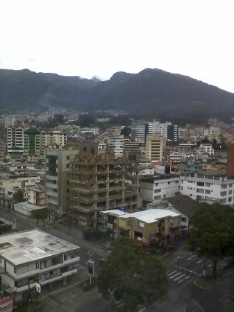 Wyndham Garden Quito: Morning view of Volcan Pichinchi from Room