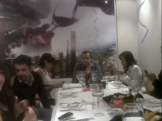 Astrid y Gaston : festejando cumpleaños de un amigo con un buen vino
