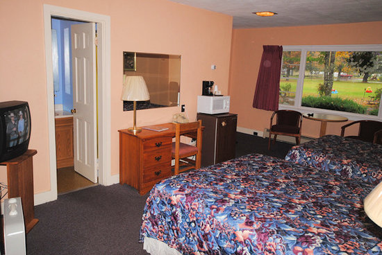 Sky Valley Motel & Cottages: Motel unit, 1 queen, 1 full size, A/C, Bath with Tub or Shower.