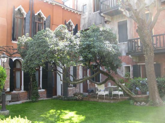 Pensione Accademia - Villa Maravege : Courtyard