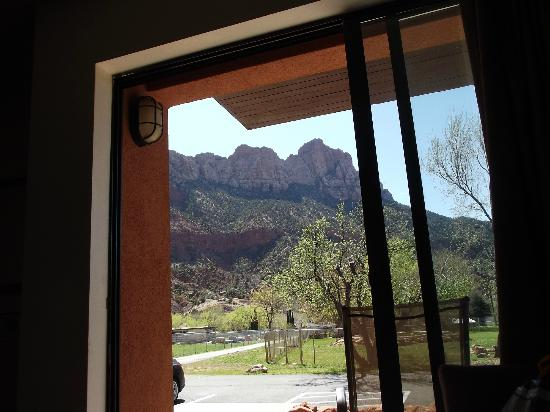 Bumbleberry Inn: awesome view of rear of Watchman from room