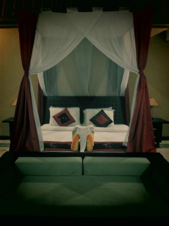The Club Villas: bed with mosquito net