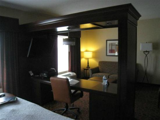 Hampton Inn & Suites Peru: Picture of work station with LCD TV above.