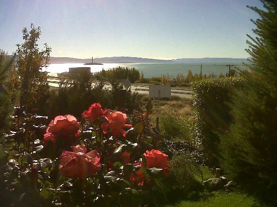 Cabanas Solares del Sur: Frente de la cabaña Nº 2 con la vista al Lago...hermosa vista!