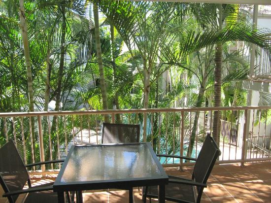 Offshore Noosa Resort: balcony overlooking pool