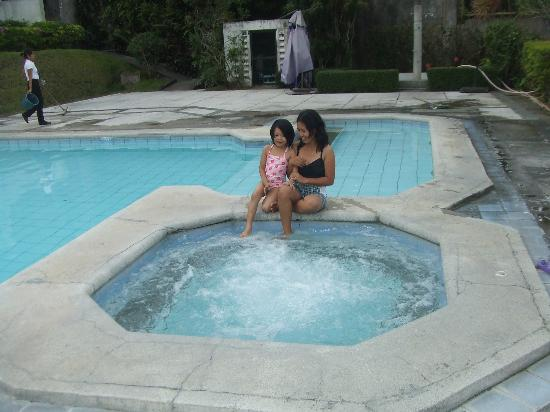 Days Hotel Tagaytay: pool and jacuzzi (it's hot)