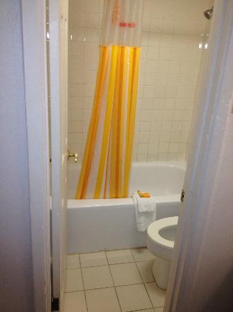 Magnuson Hotel Texarkana: Shower - and tiny bathroom