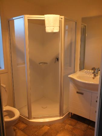 Shotover Lodge: Shower door didn't seal, shampoo didn't lather, not enough towels provided