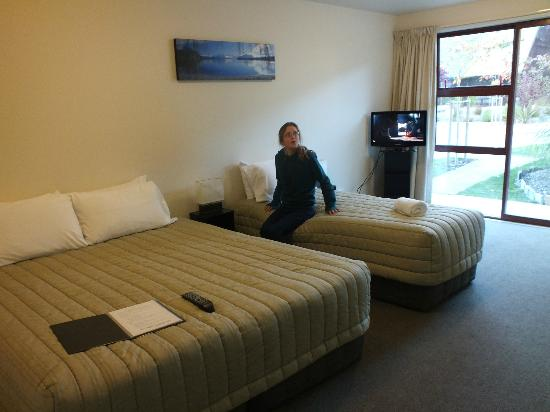 Shotover Lodge: Beds, top cover of King Bed was dirty, had stains