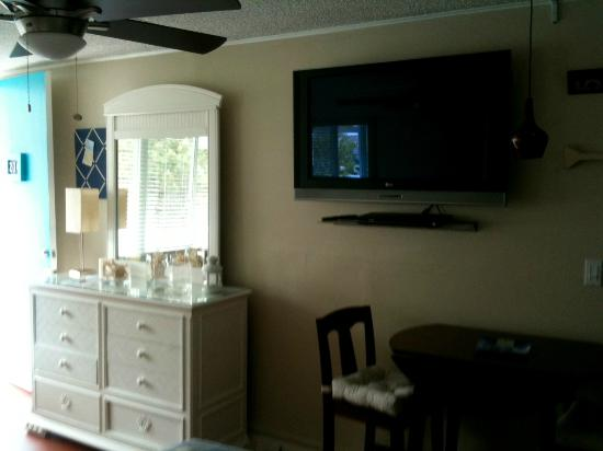 "The Crossings : Hugh 42"" plasma and dining area"