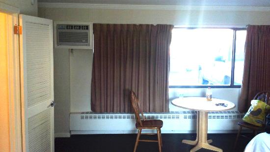 Weathervane Terrace Inn and Suites: Rooms were very dated