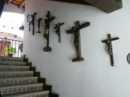 Santo Tomas Hotel: Crosses along the third-floor stairway