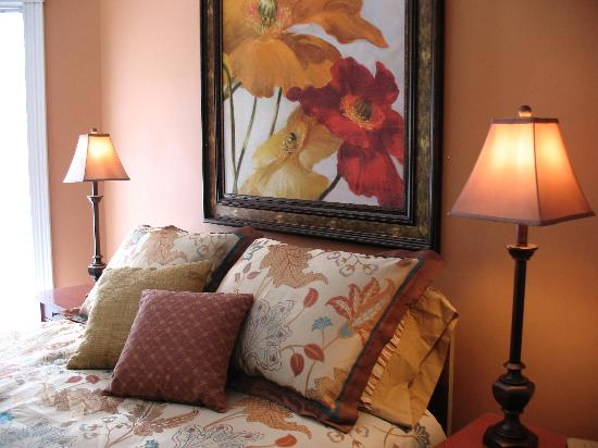Oaklawn Inn: Colorful, spacious rooms with thoughtful amenities.