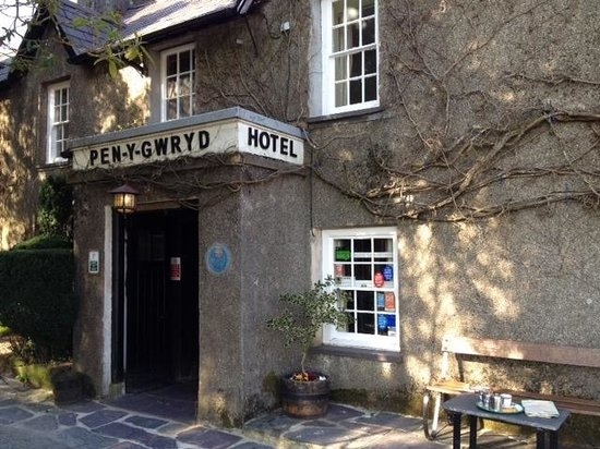 Pen Y Gwryd Hotel: Front of hotel as seen from car park (I had tea at the table on the right)