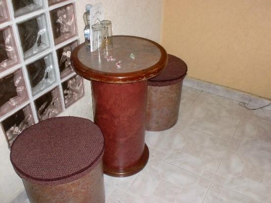 Hotel Del Dorado: Mesa de comedor pequeña pero comoda dentro de la habitacion