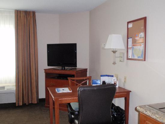 Candlewood Suites Perrysburg: Desk Area