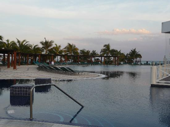 Secrets Silversands Riviera Cancun: pool at dusk