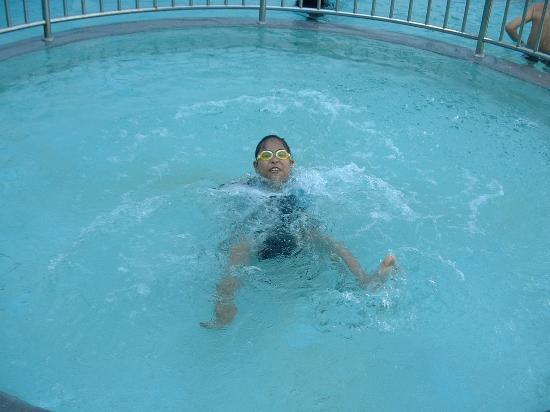 Chom View Hotel: เจ้าลูกสาวชอบมากกับสระน้ำเล็กภายในอาคารแต่ต้องมีผู้ปกครองดูแลเอง