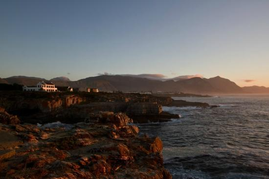 Cliff Cottage: Hermanus at sunrise from the cliff path