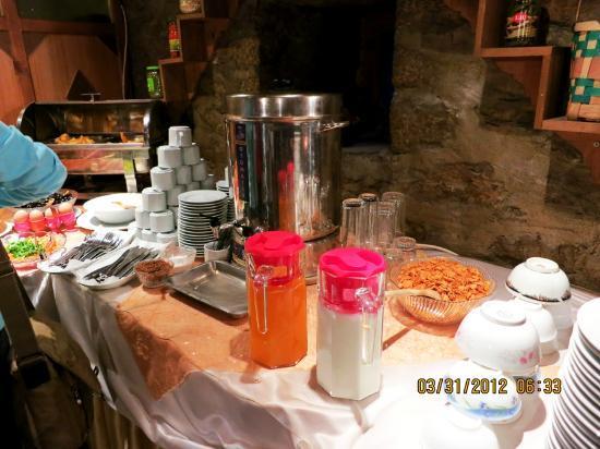 Kadioglu Sehzade Konagi: drinks (hot water for tea, milk, juice, coffee)