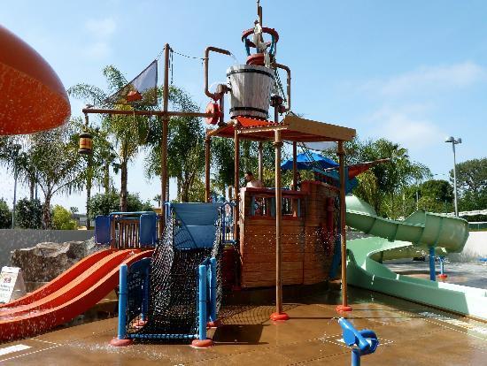 โรงแรมโฮเวิร์ดจอห์นสันพลาซ่า&วอเตอร์ เพลย์กราวด์-อนาไฮม์/ดิสนี่ย์แลนด์ปาร์ค: awesome pirate pool