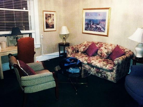 Windsor Inn: junior suite sitting area