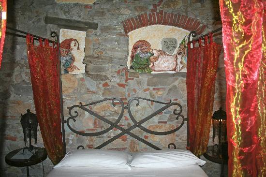 Corte Dei Folletti: The imps protect the bedroom at night