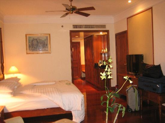 Sofitel Angkor Phokeethra Golf and Spa Resort: Room with espresso maker