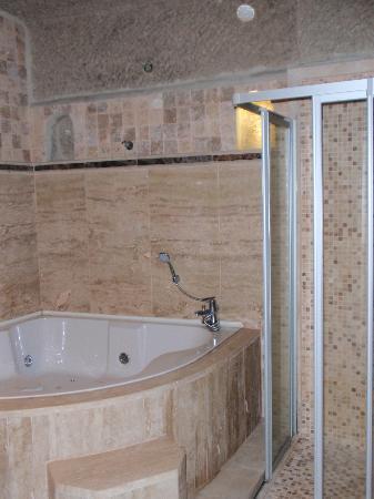 Travellers' Cave Pension: vasca idromassaggio e doccia grandissima